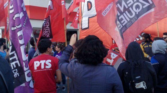 La protesta en Pellegrini y Corrientes esta mañana.