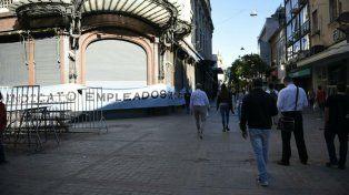 El gremio mercantil colocó una importante bandera en la fachada de Falabella.