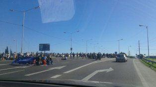 Un piquete por el paro interrumpe el ingreso a la autopista Rosario-Buenos Aires