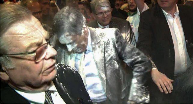 La imagen muestra cómo quedó el político después de la agresión.
