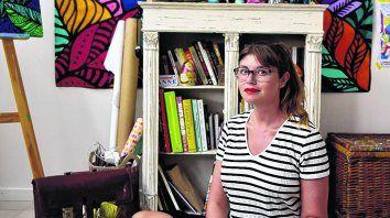Relajada y contenta. La joven creativa recibió a Más en su estudio, en el centro rosarino.