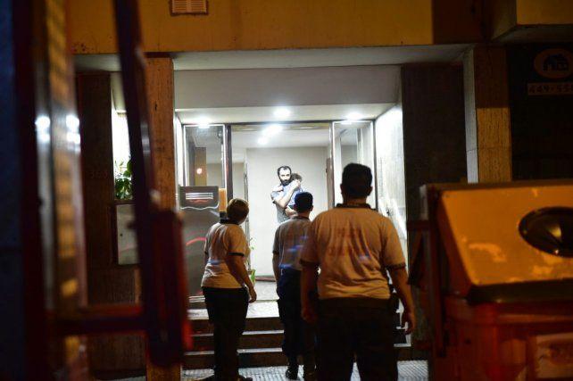 El edificio de Moreno entre Tucumán y Catamarca fue evacuado por los bomberos.