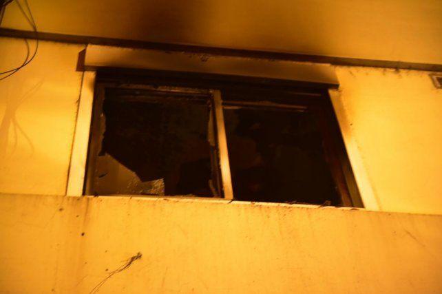 El edificio deMoreno entre Tucumán y Catamarca fue evacuado por los bomberos.