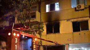 El edificio deMoreno entre Tucumán y Catamarcafue evacuado por los bomberos.