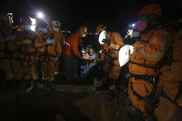 Familiares de un trabajador que falleció en las tareas de rescate.