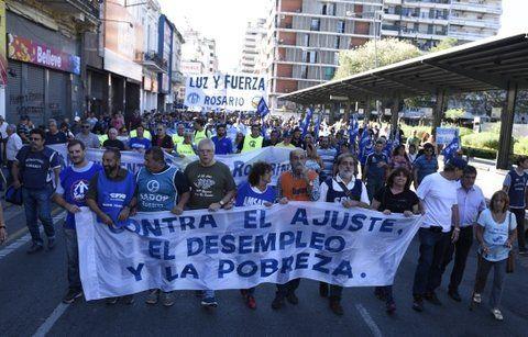 En la calle. Dirigentes del Movimiento Sindical Rosarino y la CTA de los Trabajadores encabezan la masiva movilización que recorrió el centro de Rosario.