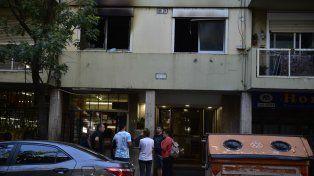 Consternación. Los vecinos de Moreno 365 no superaban ayer el estupor de lo ocurrido en el primer piso.