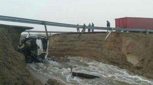 Un camión cayó al vacío tras ceder un tramo de la ruta nacional 3 en Comodoro Rivadavia