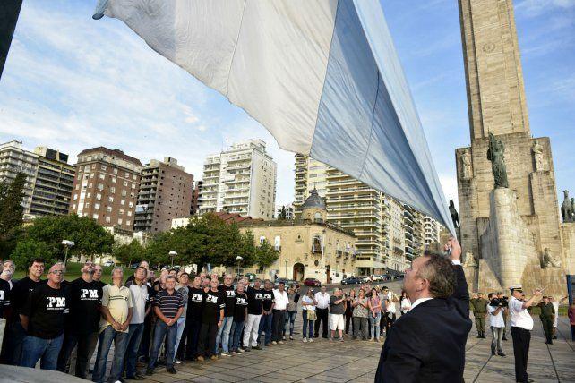 Junto a la bandera. Algunos viajaron desde Europa para la reunión.