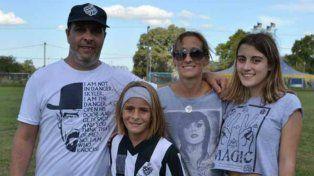 ¿Nace una estrella? Juana Cángaro con su familia en la cancha.