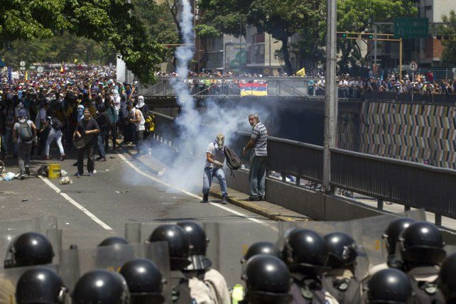 Protestas. La guardia bolivariana bloquea el paso a manifestantes.
