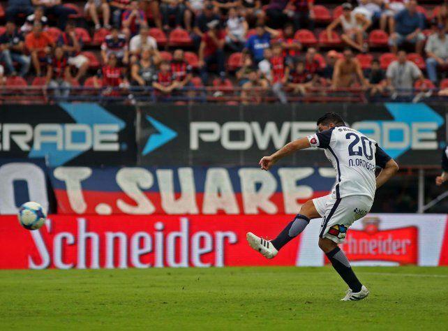 Letal. Ortigoza ya sacó el remate desde el punto penal y marca el tanto de la victoria.