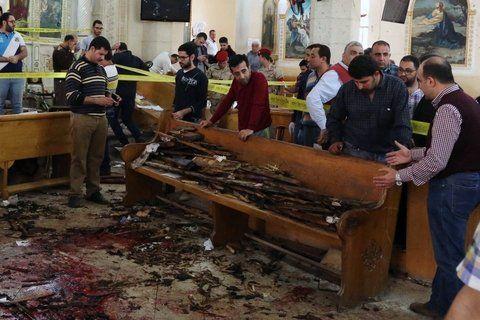 abatimiento. Los fieles coptos parecen preguntarse si los ataques terminarán algunas vez entre los restos de la iglesia de Tanta.