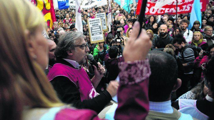 no a la represión. Los docentes reclamaron ayer en Corrientes y Córdoba y hoy se movilizarán.