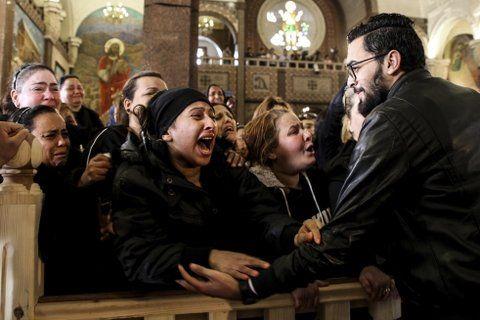 llanto. Mujeres coptas lloran durante el funeral de las víctimas en Alejandría