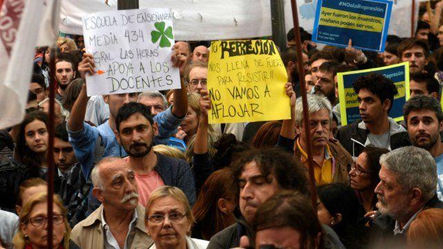 Los docentes marchan en Rosario desde la plaza 25 de Mayo a la plaza San Martín