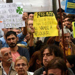 los docentes marchan en rosario desde la plaza 25 de mayo a la plaza san martin