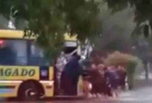 Un equipo de rugby se quitó la ropa, unió fuerzas y sacó a un colectivo del barro