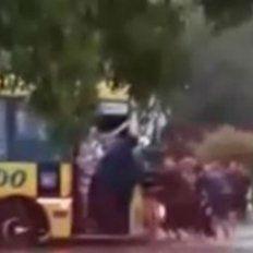 un equipo de rugby se quito la ropa, unio fuerzas y saco a un colectivo del barro