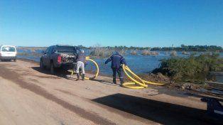 Las imágenes de los trabajos en Melincué para impedir el desborde de la laguna