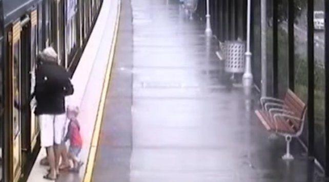 El momento en el que un niño cae y desaparece entre un tren y la plataforma