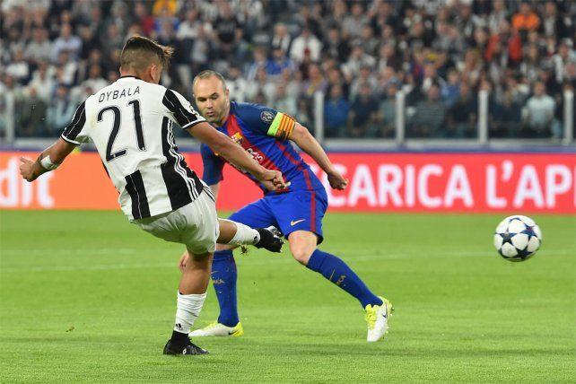 Zurdazo y gol. El instante del primer gol en el que Dybala ejecuta ante la mirada de Iniesta.