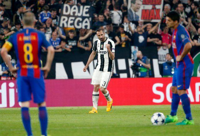 Goleador sorpresa. Chiellini le ganó de arriba a Mascherano y convirtió el 3-0 de Juventus.