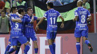Ángel González celebra el agónico gol que le dio el triunfo al Tomba.