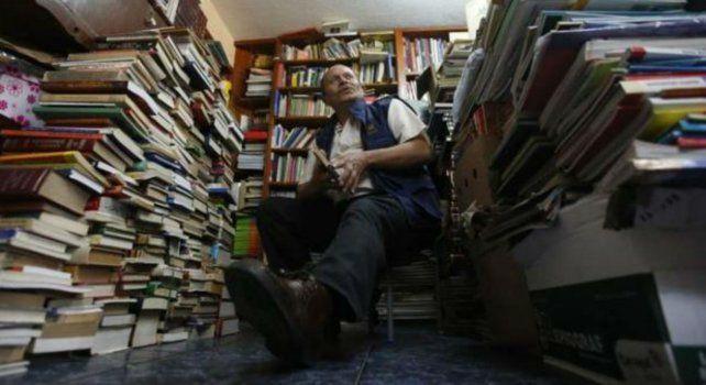 José Alberto Gutiérrez en la biblioteca que creó en su propia casa sólo con la ayuda de su familia.