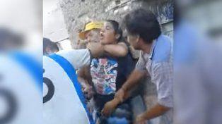 Las imágenes que difundió una mujer de narcos apretando a su hijo en Rufino.