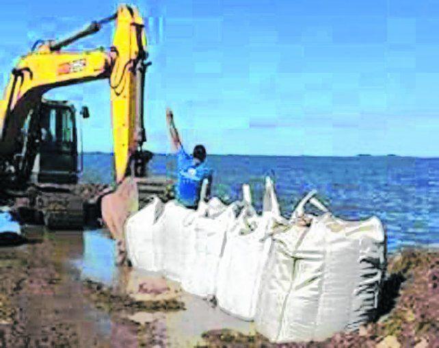 Freno al agua. Ayer pusieron bolsas con arena al borde de la ruta 90.