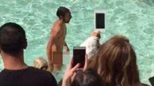 Manolo se sacó el gusto de nadar en la fuente más famosa del mundo.