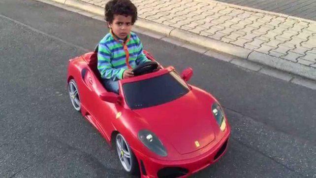 Aprendió a manejar mirando YouTube, le sacó el auto a su papá y se fue a comprar una hamburguesa