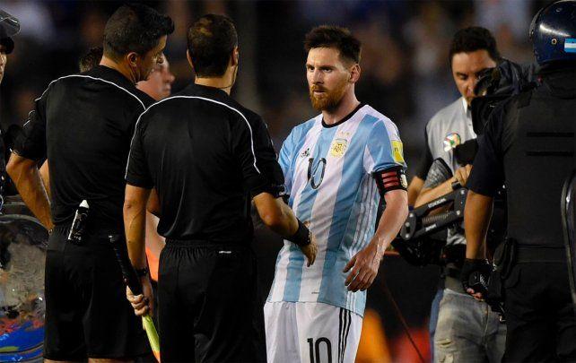 Messi fue suspendido por cuatro fechas tras insultar al juez de línea en el partido ante Chile.