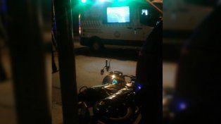 La moto quedó debajo del auto luego del accidente en el que una mujer sufrió heridas.
