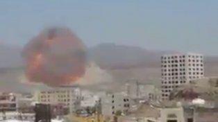 Un video muestra el impacto de la bomba MOAB que dejó un cráter de 300 metros de profundidad