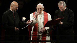 El Pontífice bendice a la procesión de las antorchas que replicó las 14 escalas que cumplió Jesús antes de ser crucificado.