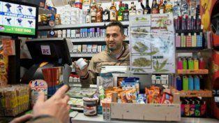 Venta libre. El comerciante ofrece cannabis como un producto más.