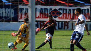 La apertura. Juan Carlos Lescano con remate cruzado pone al frente al charrúa ante Deportivo Merlo.