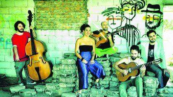 Un quinteto a pura cuerdas y voces, con referencias antiguas y de hoy.