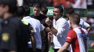 Osella reclamó con vehemencia al árbitro Fernando Espinoza un par de fallos que el técnico consideró que perjudicaron a Newells.