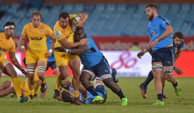 Agustín Creevy es tacleado por Pierre Schoeman durante el partido disputado hoy en Sudáfrica