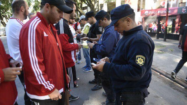 Personal policial realiza los chequeos de identidad en uno de los ingresos al Coloso.
