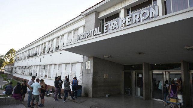 El joven oriundo de Puerto San Martín es atendido en el Hospital Eva Perón.