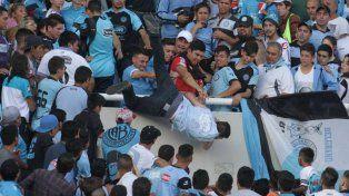 El momento en que un grupo de hinchas de Belgrano arrojan al joven de 26 años.