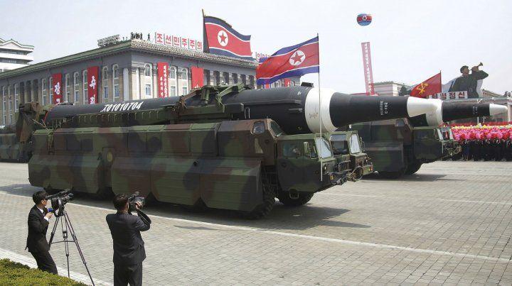 Gran parada militar. Un tipo de misil balístico intercontinental nunca antes mostrado en público recorrió ayer las calles de Pyongyang.