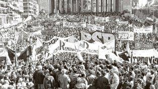 La multitud copó el Monumento a la Bandera en defensa de las instituciones democráticas