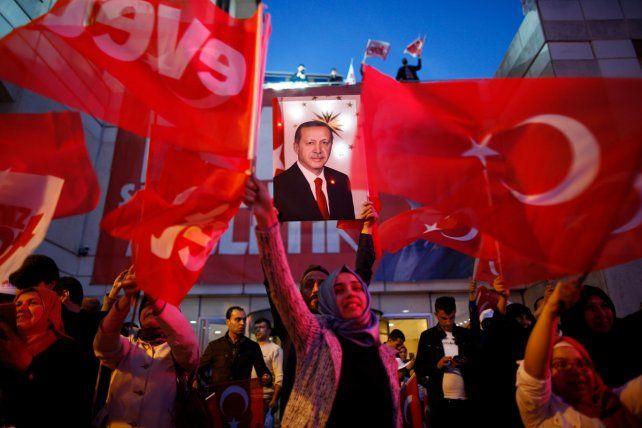 La oposición a Erdogan denunció manipulación electoral.