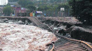Lima. Las lluvias y los aludes descalzaron las vías férreas en Chosica.