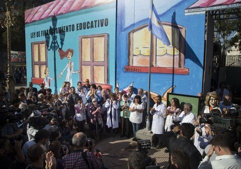 enseñan a luchar. La Escuela itinerante que los maestros levantaron en la Plaza Congreso